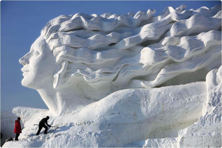skulptura ženske z vetrom v laseh