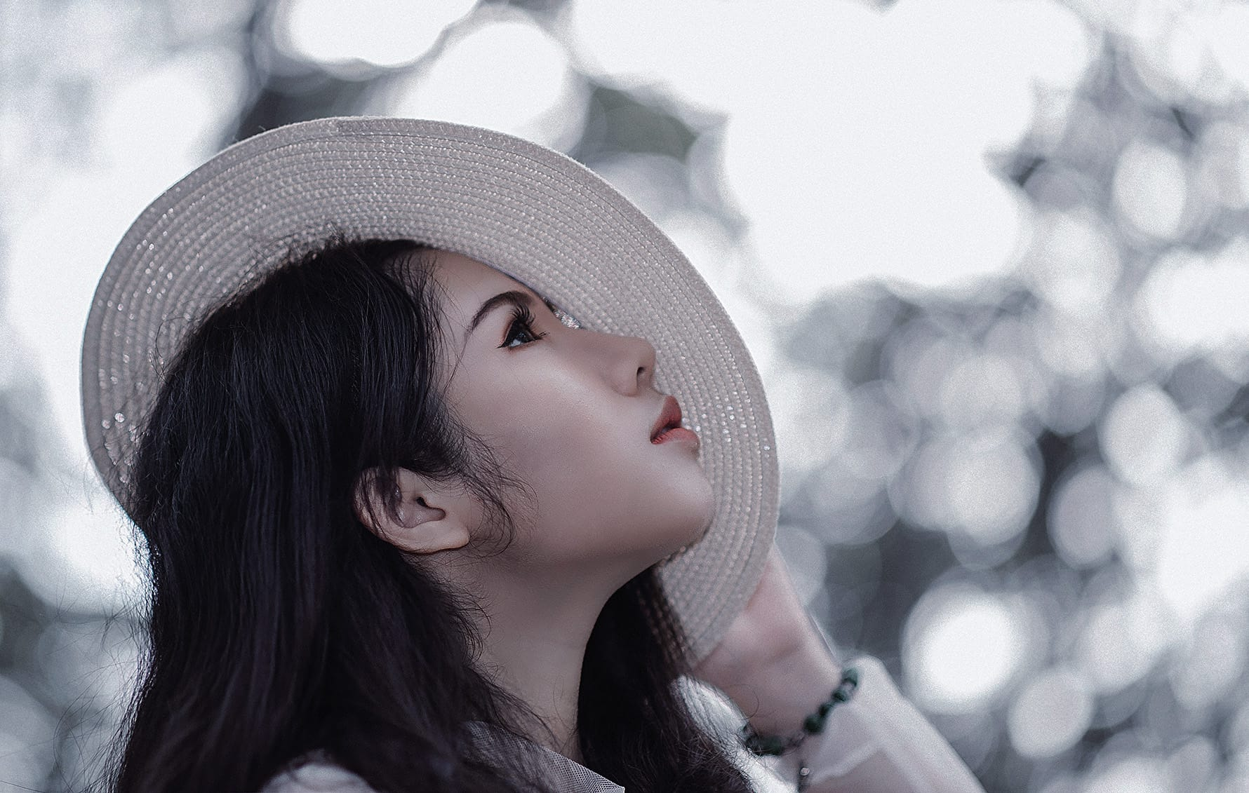 očarljiv klobuk bele barve