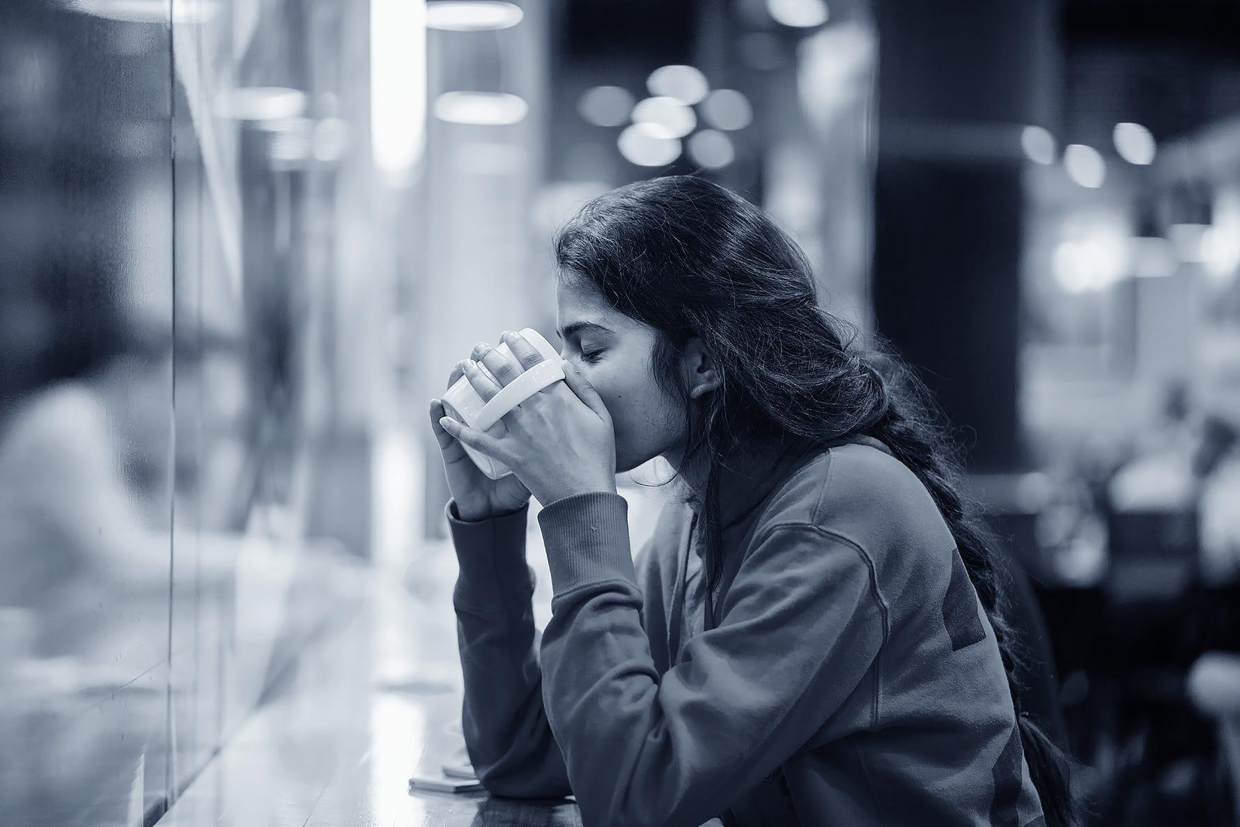 gospodična pije kavo