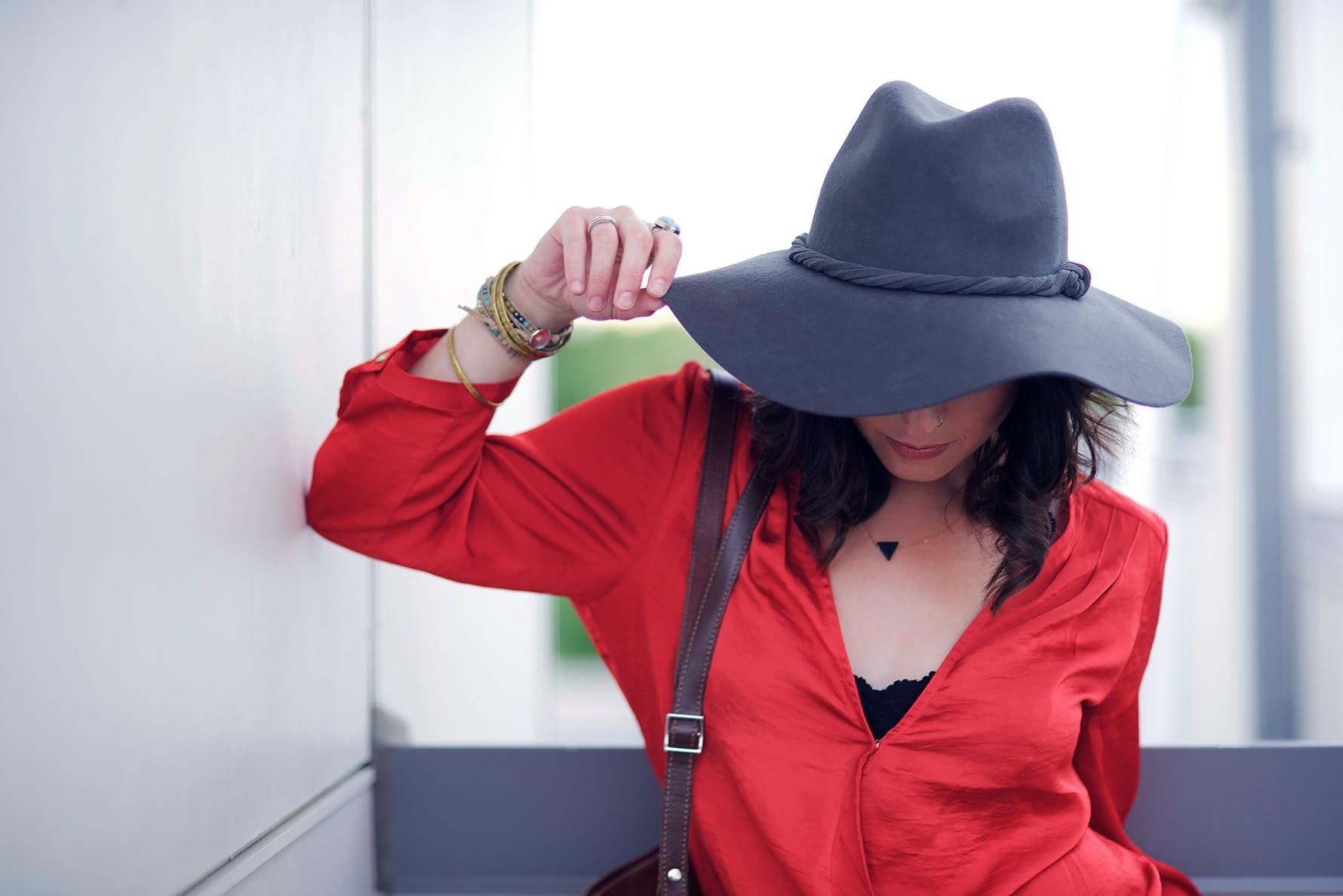 očarljiv klobuk na terasi