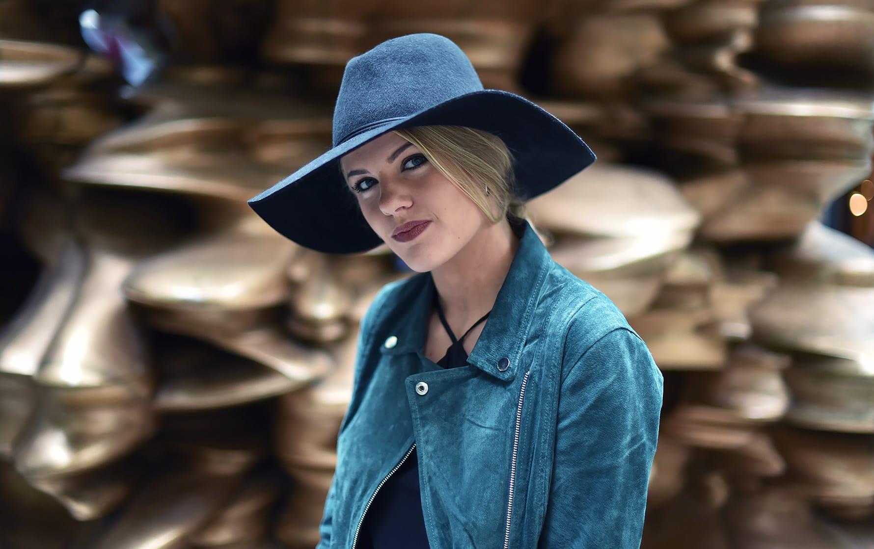 očarljiv klobuk in semiš jakna