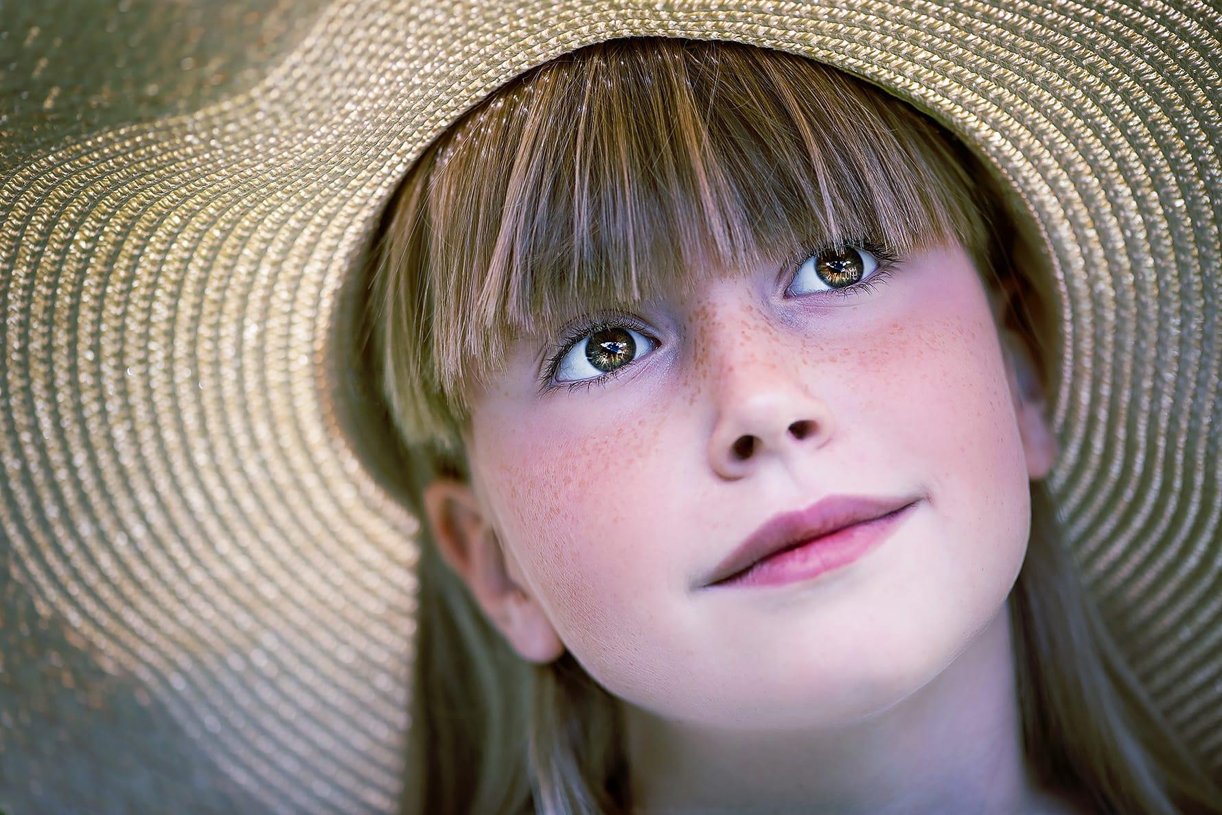 deklica z očarljivim klobukom