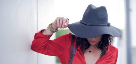 klobuk z rdečo srajco